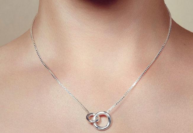 collier 2 anneaux en argent massif de la maison Christofle
